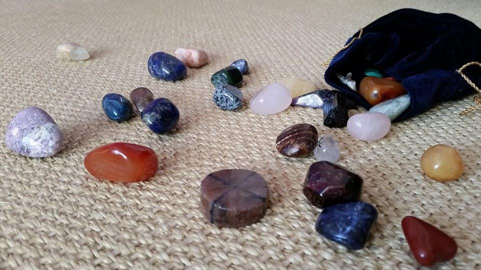 Aufstellung mit Steinen